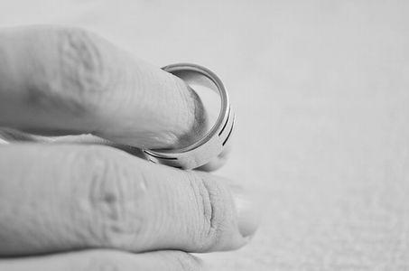 芸能人の結婚・離婚が年末年始に多い理由 なぜ?